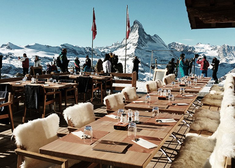 English Ski School Lessons Cervinia Italian Swiss Alps relax and have a drink with Pro instructors